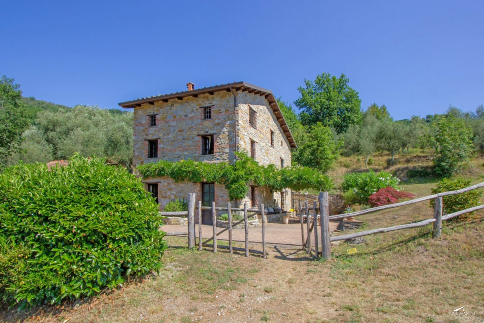 Superbly restored stone house with swimming pool and land